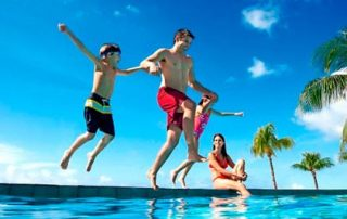 familia difrutando piscina particular